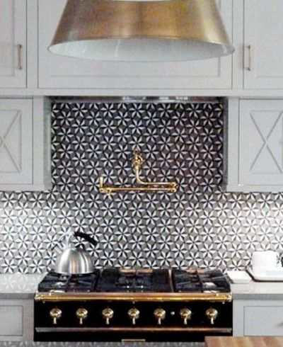 Kitchen geometric tile and brass accents a little crazy for Carrelage annees 30