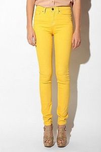 wish i could pull of yellow pants!